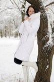 Porträt der jungen Frau im Weiß an einem Baum lizenzfreie stockfotos