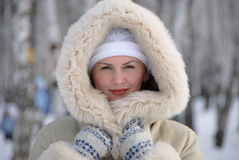 Porträt der jungen Frau im Winter Lizenzfreie Stockfotos