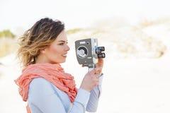 Porträt der jungen Frau Kamera der Weinlese 8mm halten Stockfotografie