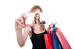 Porträt der jungen Frau lachend mit Einkaufstaschen Lizenzfreie Stockfotografie