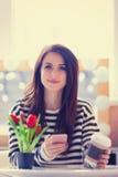 Porträt der jungen Frau mit Bündel Tulpen, Tasse Kaffee und Stockfotografie