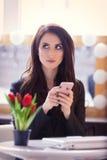 Porträt der jungen Frau mit Bündel von Tulpen, von Laptop und von Mobile Stockfotos