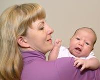 Porträt der jungen Frau mit dem Baby auf Händen Stockfoto