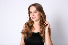 Porträt der jungen Frau mit dem langen schönen Haar Lizenzfreie Stockbilder
