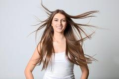 Porträt der jungen Frau mit dem langen schönen Haar Stockfotos
