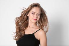 Porträt der jungen Frau mit dem langen schönen Haar Stockbilder