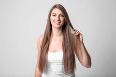 Porträt der jungen Frau mit dem langen schönen Haar Stockfoto
