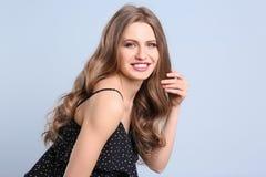 Porträt der jungen Frau mit dem langen schönen Haar Lizenzfreies Stockbild