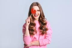 Porträt der jungen Frau mit dem langen schönen Haar Lizenzfreie Stockfotografie