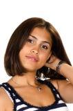 Porträt der jungen Frau mit der Hand auf Stutzen lächelnd an der Kamera Lizenzfreies Stockfoto