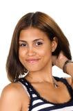 Porträt der jungen Frau mit der Hand auf Stutzen lächelnd an der Kamera Stockfotografie