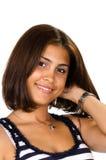 Porträt der jungen Frau mit der Hand auf Stutzen lächelnd an der Kamera Lizenzfreies Stockbild