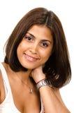 Porträt der jungen Frau mit der Hand auf Stutzen lächelnd an der Kamera Stockfoto