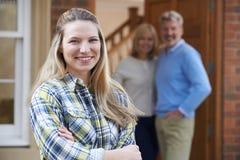 Porträt der jungen Frau mit Eltern zu Hause lizenzfreies stockbild