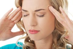 Porträt der jungen Frau mit enormen Kopfschmerzen Stockfoto