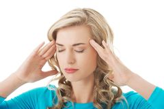 Porträt der jungen Frau mit enormen Kopfschmerzen Stockfotografie