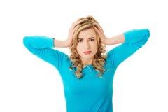 Porträt der jungen Frau mit enormen Kopfschmerzen Lizenzfreies Stockbild