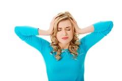 Porträt der jungen Frau mit enormen Kopfschmerzen Lizenzfreies Stockfoto