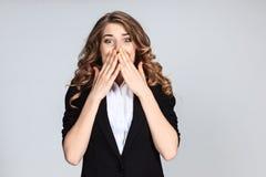 Porträt der jungen Frau mit entsetztem Gesichtsausdruck Lizenzfreie Stockfotografie