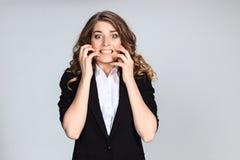 Porträt der jungen Frau mit entsetztem Gesichtsausdruck Stockbilder