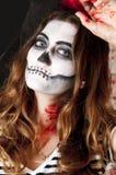 Porträt der jungen Frau mit erschreckendem Make-up Halloween-Feiertagsmaskeradekonzept Stockbilder