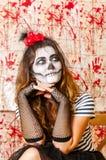 Porträt der jungen Frau mit erschreckendem Make-up Halloween-Feiertagsmaskeradekonzept Lizenzfreie Stockfotografie