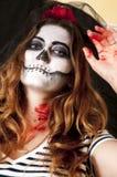 Porträt der jungen Frau mit erschreckendem Make-up Halloween-Feiertagsmaskeradekonzept Lizenzfreie Stockfotos