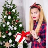 Porträt der jungen Frau mit Geschenkbox und verziertem Weihnachten tr Lizenzfreies Stockfoto