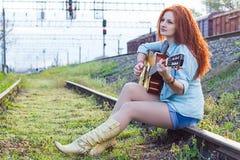 Porträt der jungen Frau mit Gitarre Stockfotografie