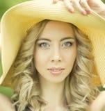 Porträt der jungen Frau mit Hut Stockfotos