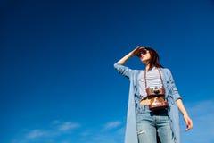 Porträt der jungen Frau mit Kamera Lizenzfreies Stockfoto