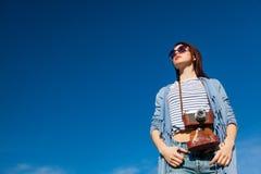 Porträt der jungen Frau mit Kamera Stockfoto