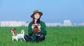 Porträt der jungen Frau mit Kamera und Hund Lizenzfreies Stockfoto