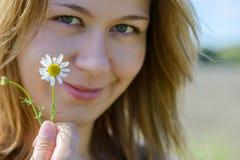 Porträt der jungen Frau mit Kamille Stockfoto