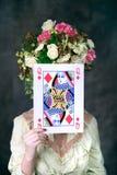 Porträt der jungen Frau mit Kartenbedeckungsgesicht stockbilder