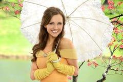 Porträt der jungen Frau mit Regenschirm lizenzfreies stockbild