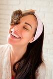 Porträt der jungen Frau mit Schnecken auf ihrem Gesicht Lizenzfreies Stockfoto