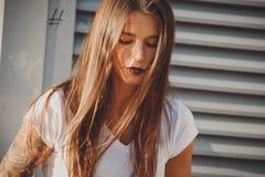 Porträt der jungen Frau mit Sonnenstellen stockfotos
