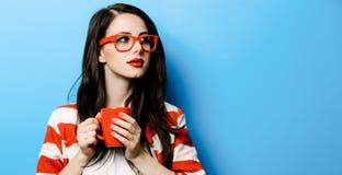 Porträt der jungen Frau mit Tasse Kaffee lizenzfreies stockfoto
