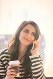Porträt der jungen Frau mit Tasse Kaffee und Handy Stockfoto
