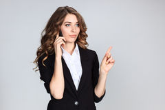 Porträt der jungen Frau mit Telefon Stockfotos