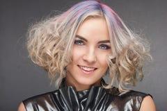 Porträt der jungen Frau mit Tendenz färbte Haar Stockfotografie