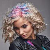 Porträt der jungen Frau mit Tendenz färbte Haar Stockfotos