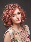 Porträt der jungen Frau mit Tendenz färbte Haar Stockbild