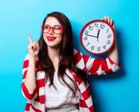 Porträt der jungen Frau mit Uhr Stockfotos