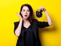 Porträt der jungen Frau mit Uhr Lizenzfreies Stockbild