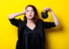 Porträt der jungen Frau mit Uhr Stockbilder
