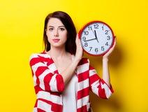 Porträt der jungen Frau mit Uhr Stockbild