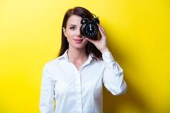 Porträt der jungen Frau mit Uhr Lizenzfreie Stockbilder