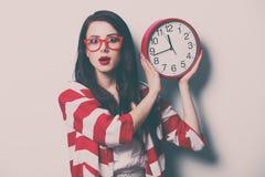 Porträt der jungen Frau mit Uhr Stockfoto